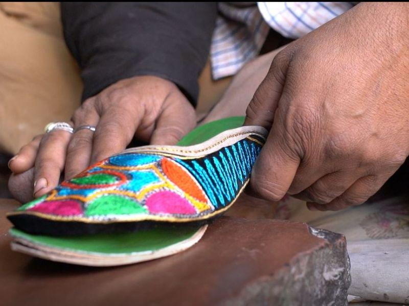 Mohan Gurjar designing jutis.